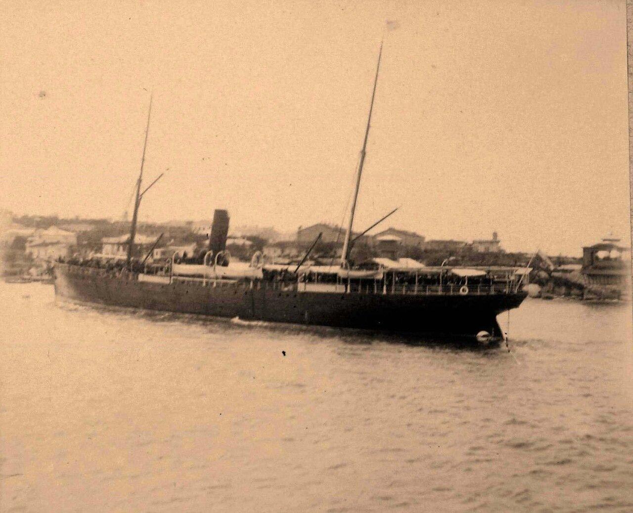 60. Яхта с пассажирами в бухте