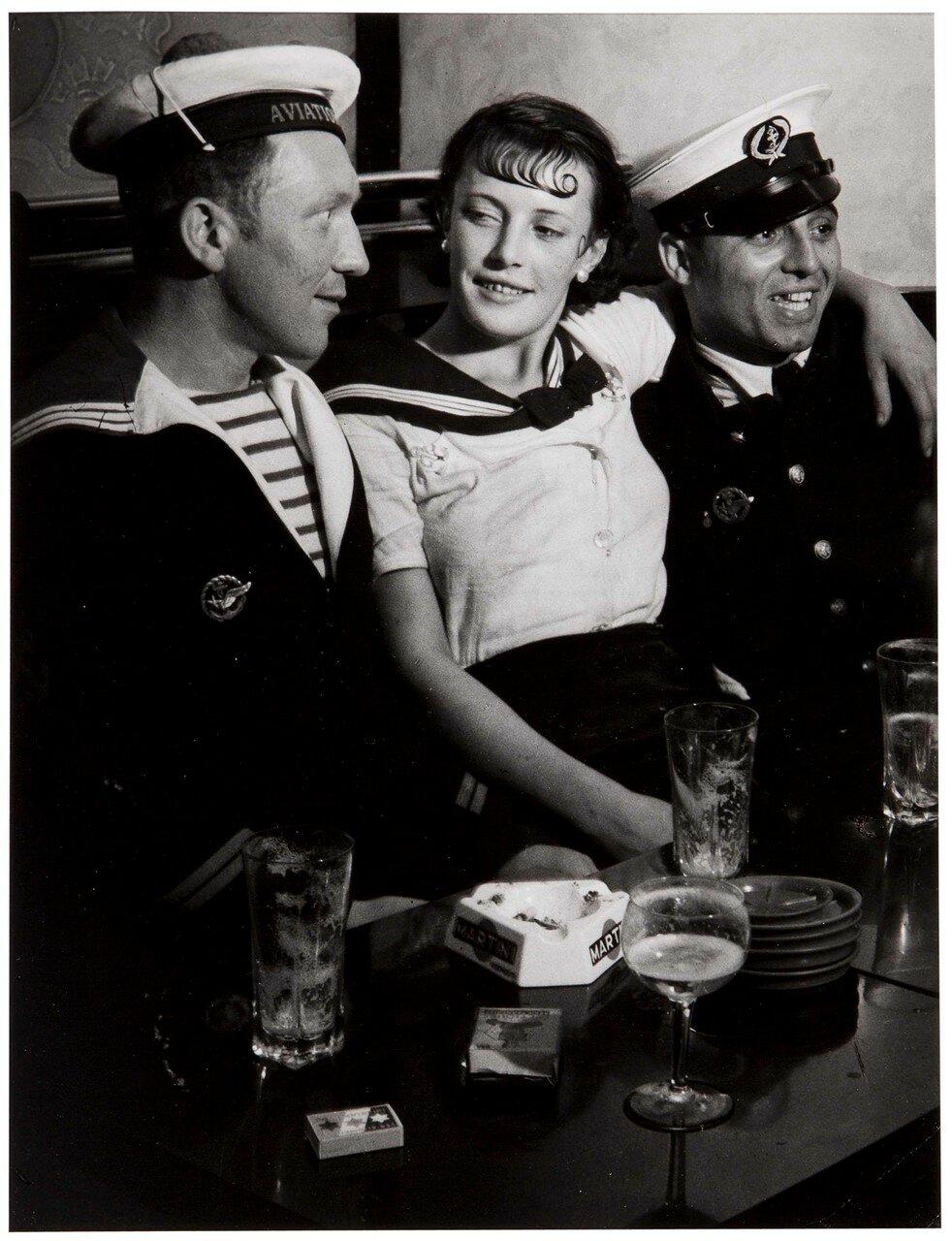 1931. Кончита с ребятами из военно-морского флота в кафе на площади Италии (фрагмент)