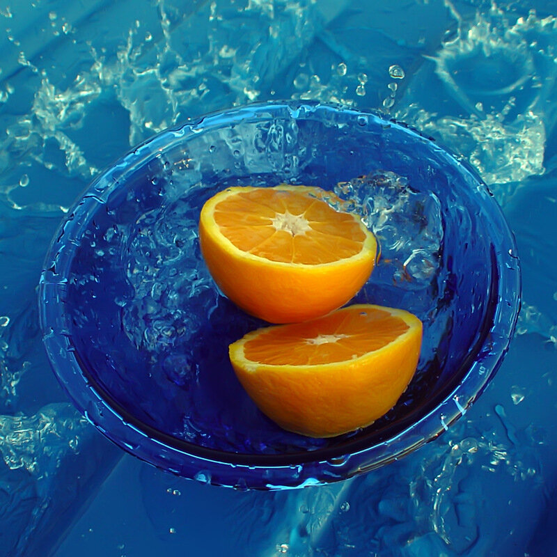 Две половинки апельсина