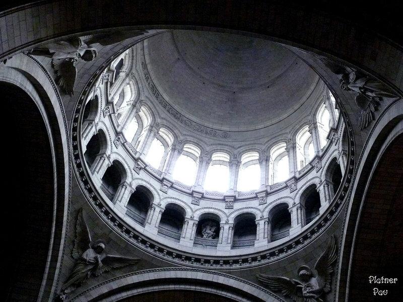 Очень много света струится сквозь окна купола, фантастически играя на фресках собора...