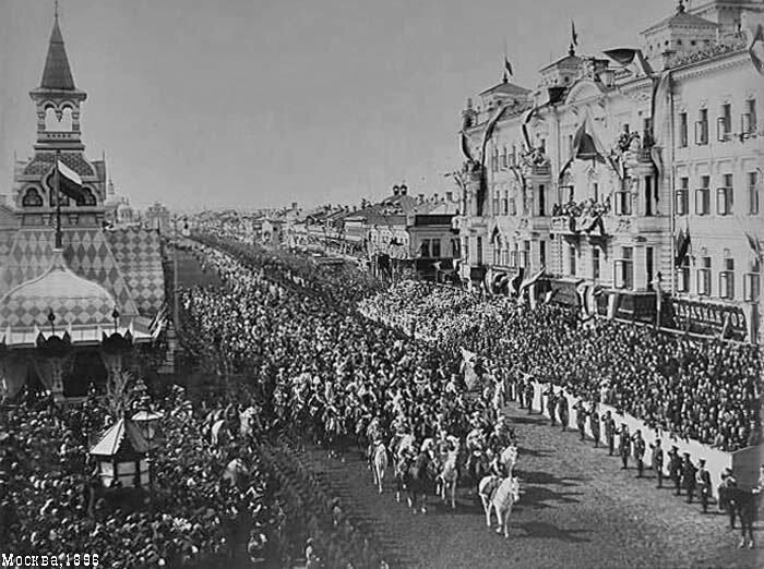 Николай Романов на белом коне с серебрянными подковами по традиции первым възжает в древнюю столицу по Тверской через Триумфальную арку (вдали)