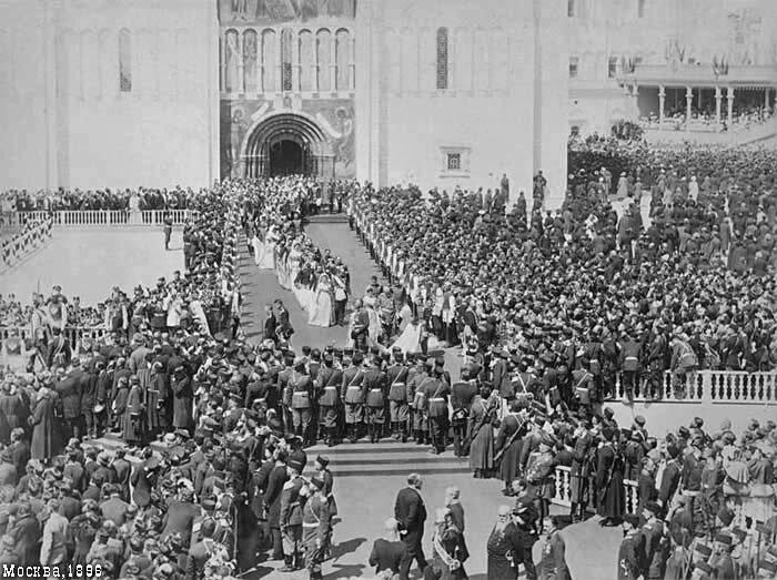 Царская процессия выходит из собора