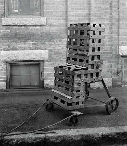 Способ борьбы с бродяжничеством в США в начале ХХ в. Бродягу сажали в кресло и оставляли на улице на 10 ч. и более. Особо ему доставалось от детей и погодных условий. После такого бродяги предпочитали уйти из города.jpg