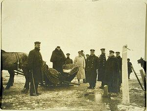 Министр путей сообщения М.И.Хилков(стоит в санях) с группой чиновников.сопровождавших его в поездке