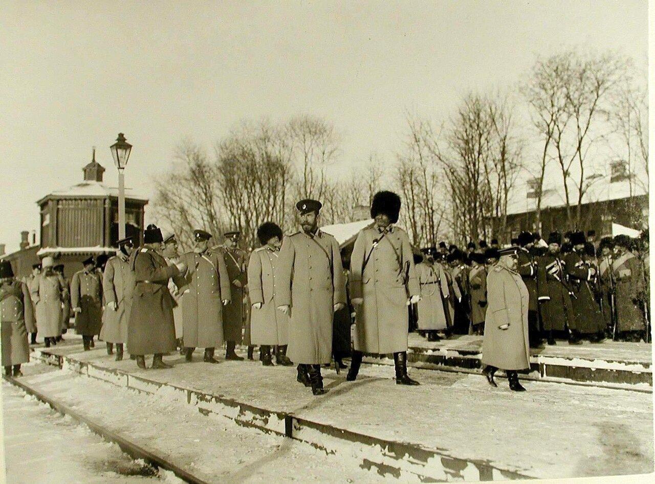 04. Император Николай II со свитой на перроне станции по окончании смотра