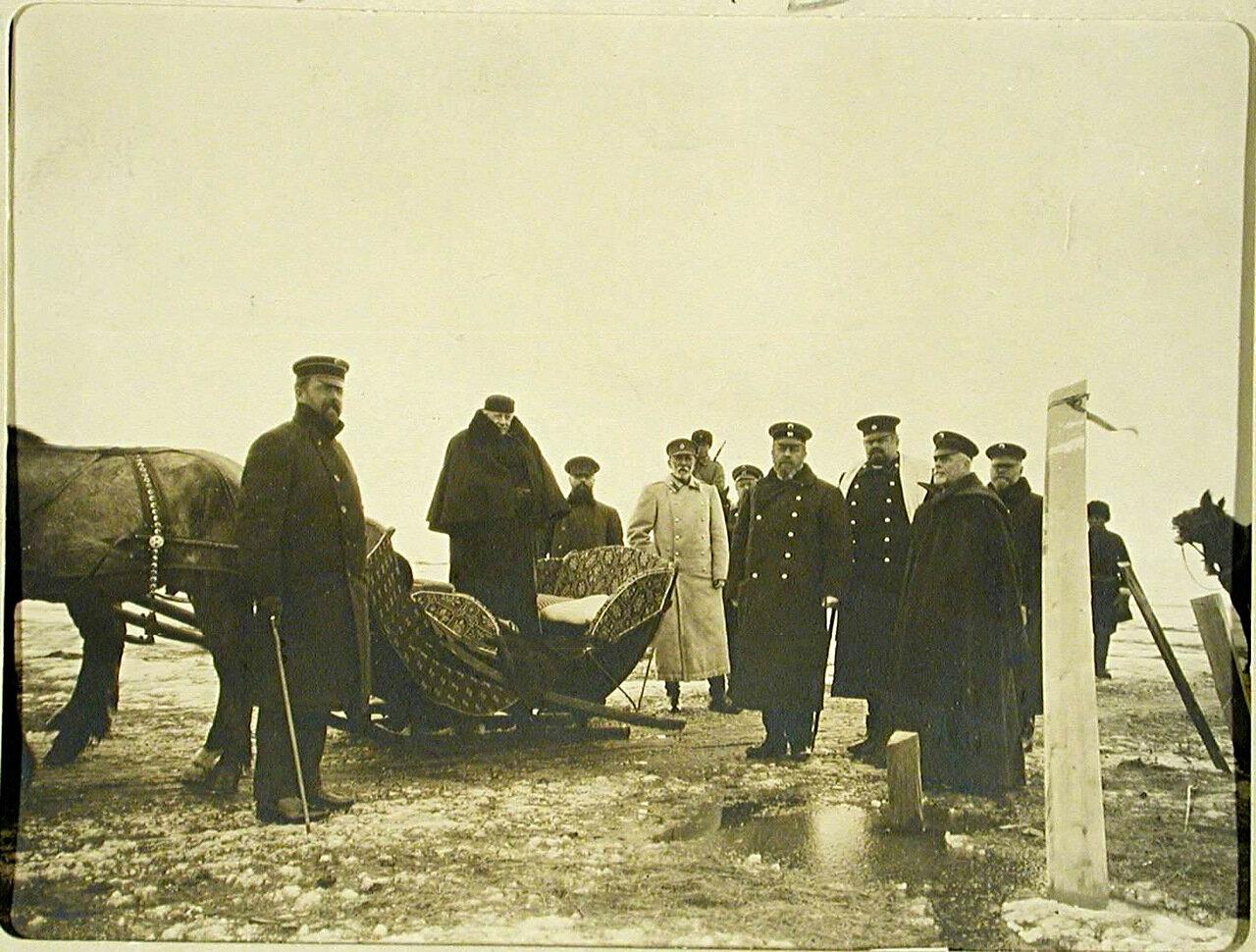 04. Министр путей сообщения М.И.Хилков (стоит в санях) с группой чиновников, сопровождавших его в поездке