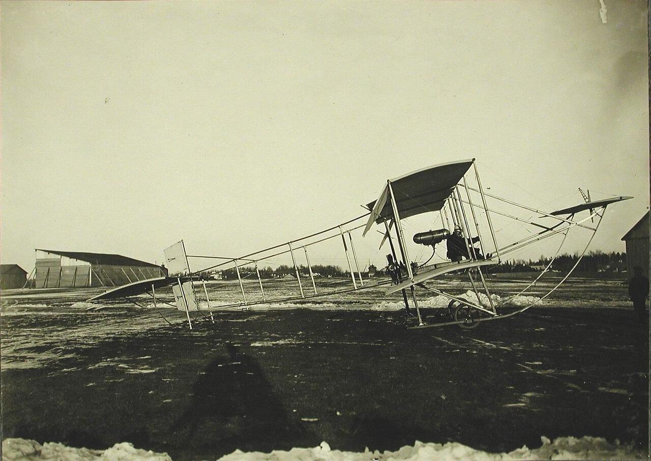 10. Общий вид биплана типа «Зоммер», построенного на Русско-Балтийском заводе в Риге; на нем установлен мотор «Гном» - 50 лошадиных сил, размах крыльев - 10,5 м, длина - 10,5 м, вес - 380 кг