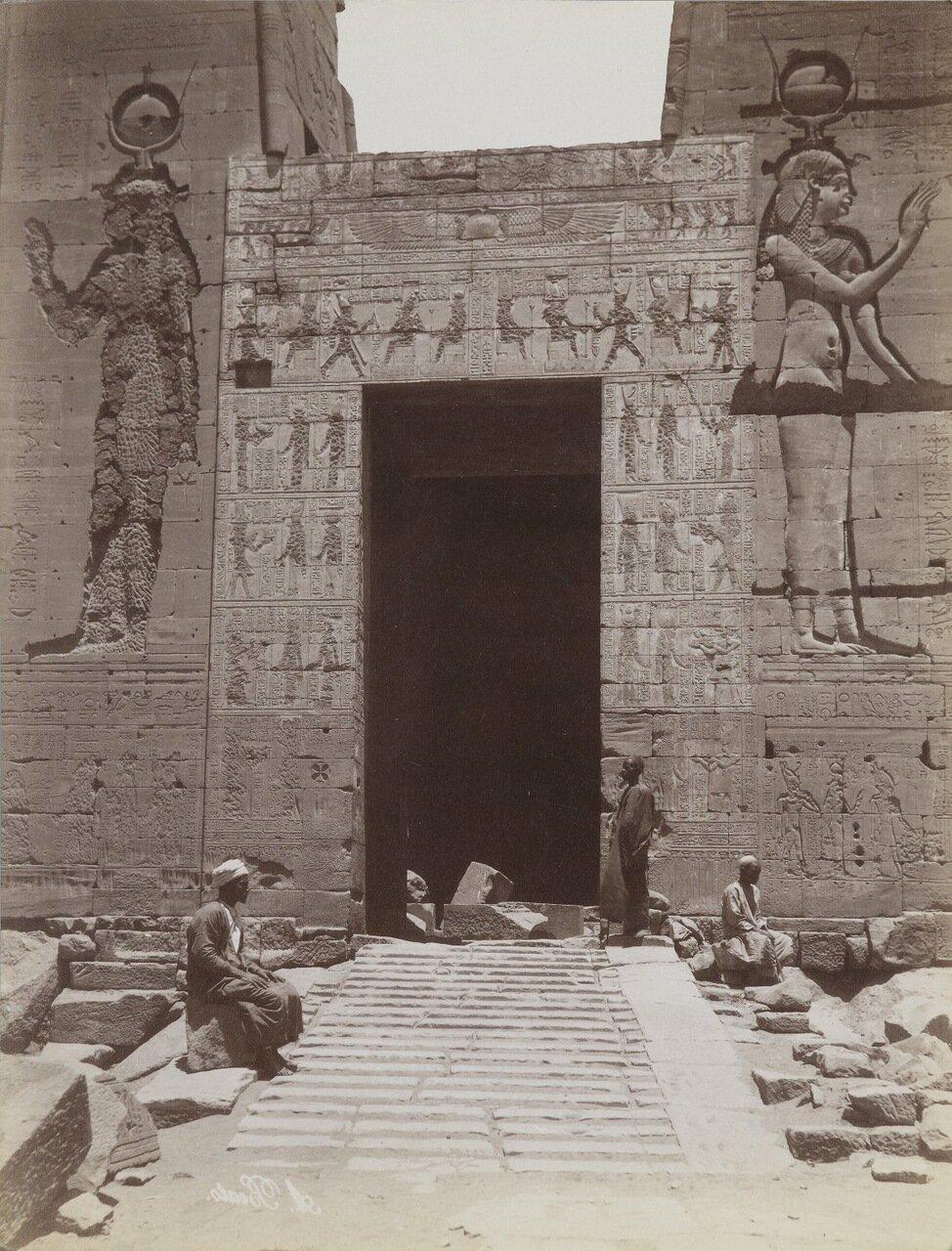 Филе (Крупный план  второго пилона. Вход в храм Исиды)