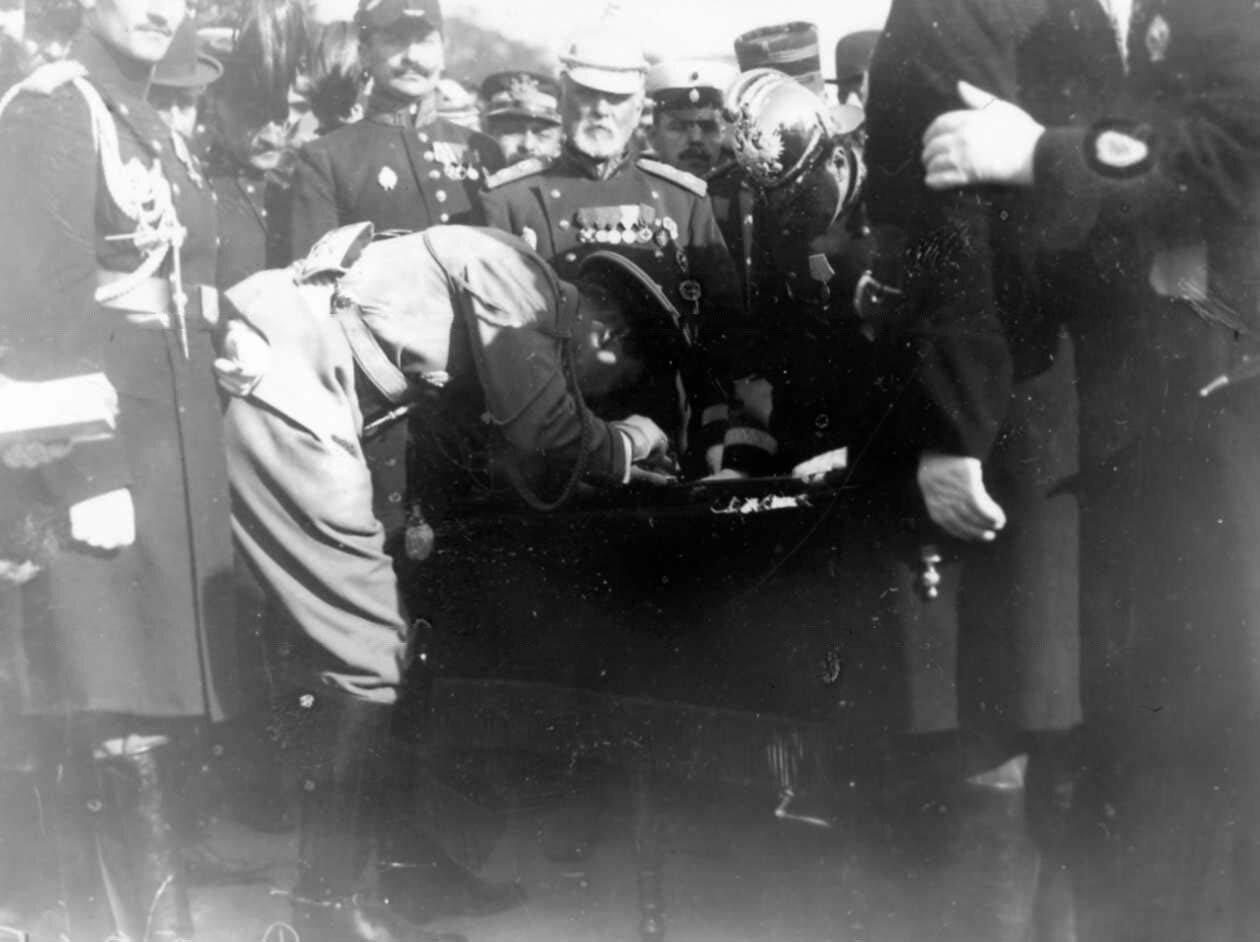 13. Офицеры подписываются под адресом во время смотра пожарных частей