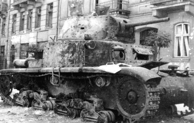 Подбитый итальянский танк Carro Armato M13/40.