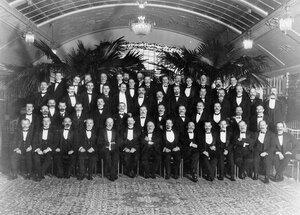 Группа служащих и членов правления товарищества Санкт-Петербургского механического производства обуви Скороход - участники банкета в ресторане Крыша Европейской гостиницы.