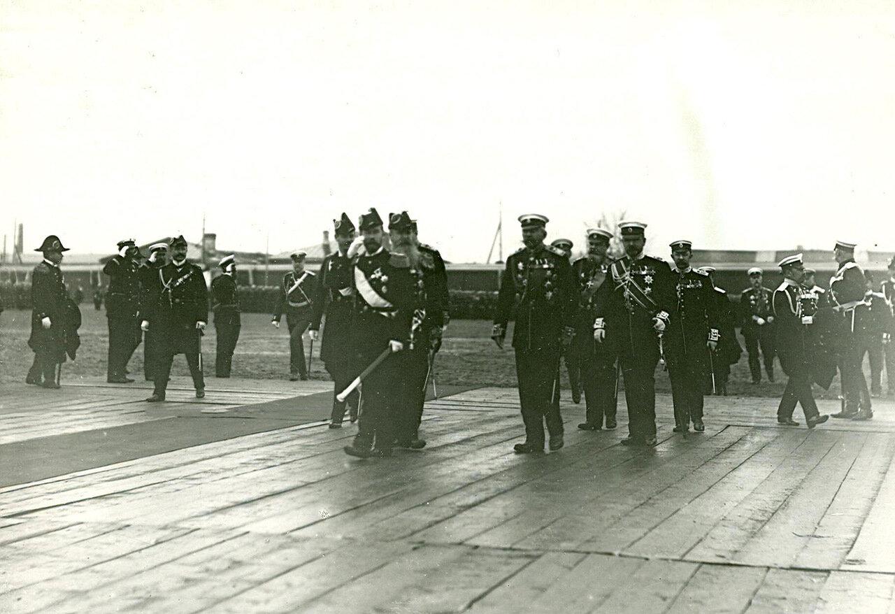 17. Император Николай II и сопровождающие его лица за осмотром нового военного корабля. 1903