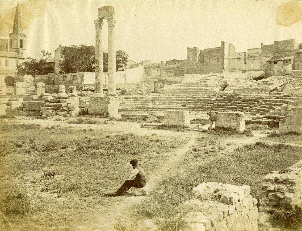 Арена и трибуны