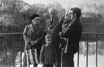 Мама, папа, я, Митя и Ромка на мостике у памятника 1200 гвардейцам, Калининград, 9 мая 1977 г.