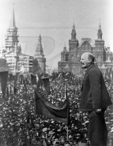 Ленин произносит речь на открытии временного памятника Степану Разину