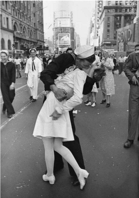 фото Альфред Эйзенштадт. День Победы над Японией на Таймс-сквер. Нью-Йорк, 14 августа 1945.jpg