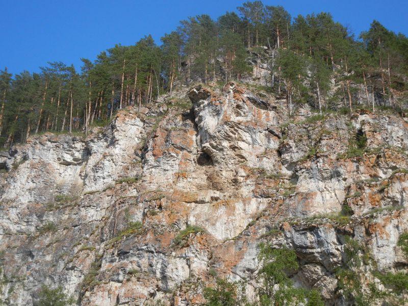 Вид на скалы, в которых спрятаны Улуирские пещеры (18.08.2015)