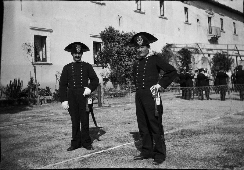 Двое мужчин в военной форме на теннисном корте, Италия, 1900