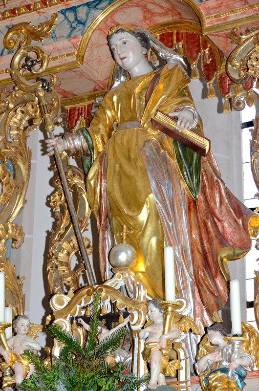 Statue der hl. Walburga im Hochaltar der Pfarrkirche Heilige Walburga in Sankt Walburgen, Österreich