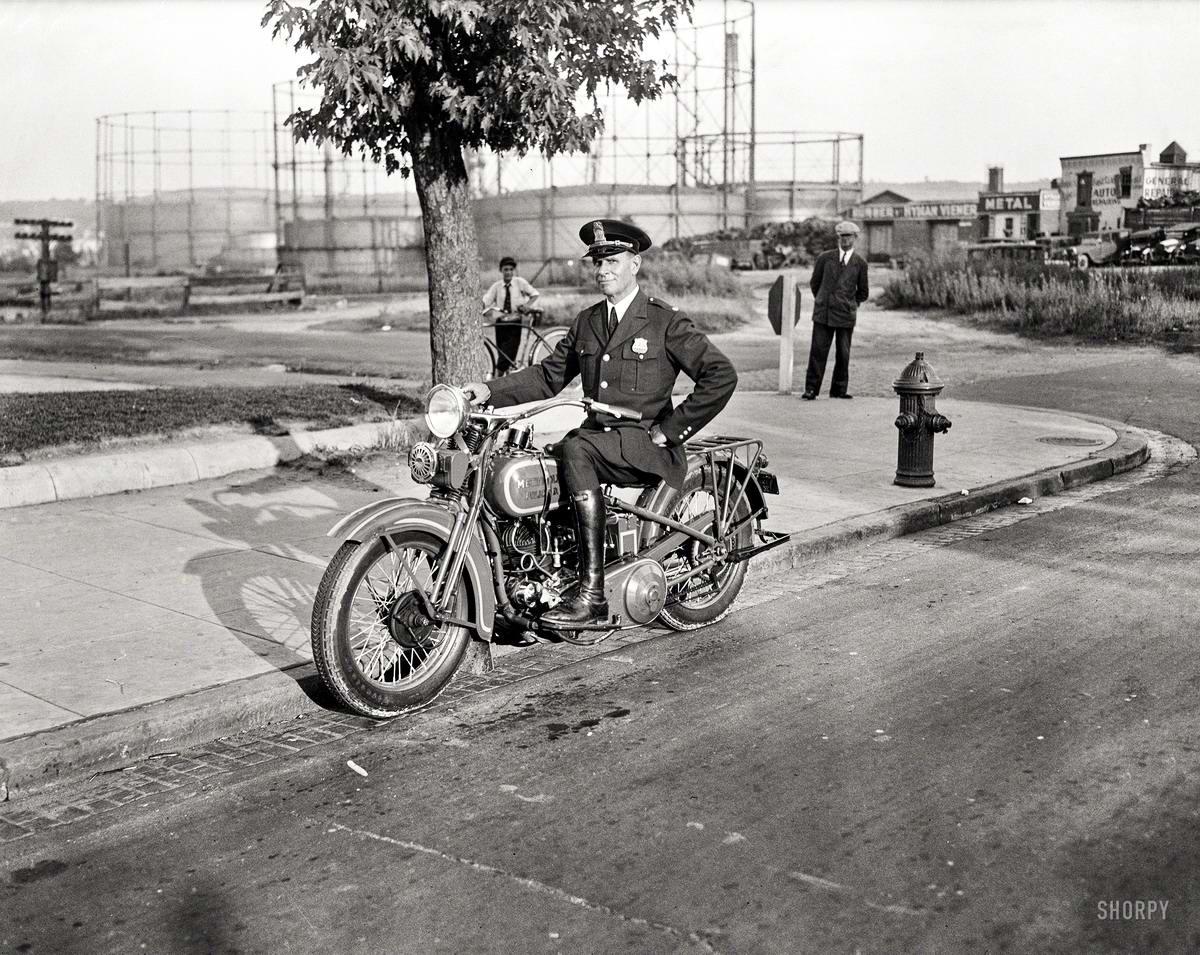 Полицейский на мотоцикле (Вашингтон, 1932 год)