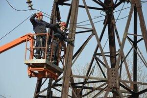 В Артёме рухнули из-за ливня две опоры ЛЭП. Без электричества осталось более 2400 человек