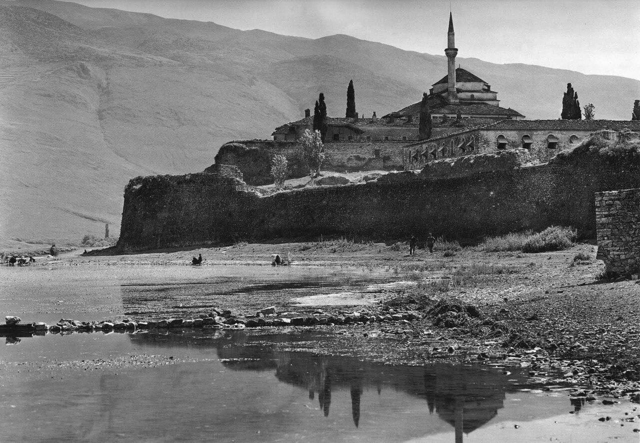 1913. Янина, озеро с замком