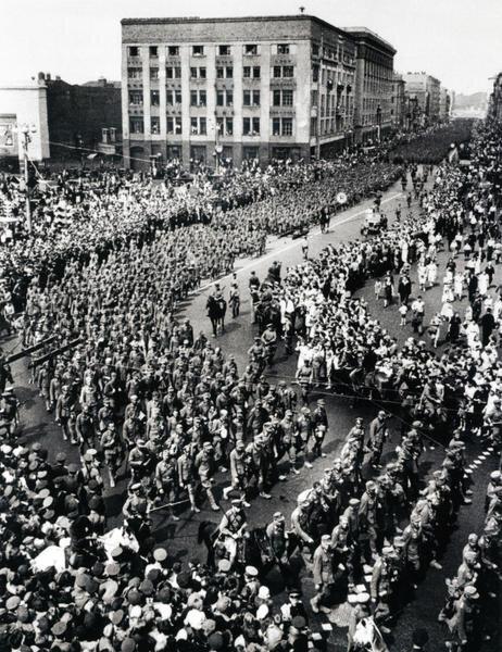 Колонна немецких военнопленных проходит по Москве. 17 июля