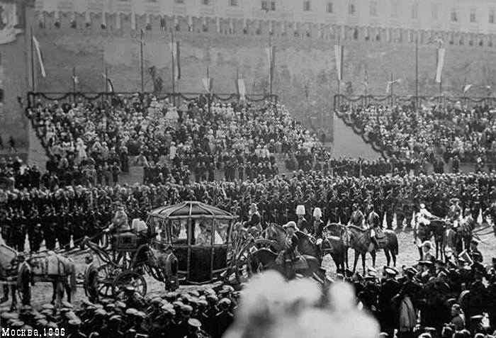 Дамская императорская карета на Красной площади; на месте будущего Мавзолея - гостевые трибуны