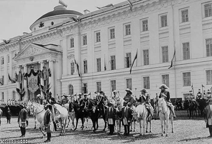Церемониймейстер объявляет народу о предстоящей коронации