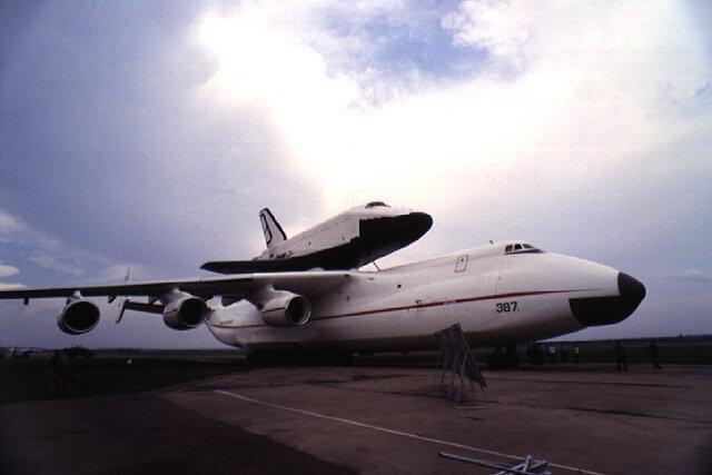"""Тяжелый военно-транспортный самолет Ан-225  """"Мрия """" ."""