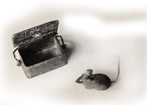 Миниатюрный мышонок с домиком-ларцом. 1933 г.