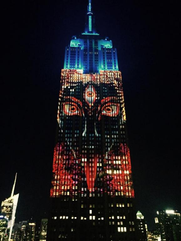 Движущиеся картины создавали 40 мощных прожекторов, которые установили накануне на крыше соседне