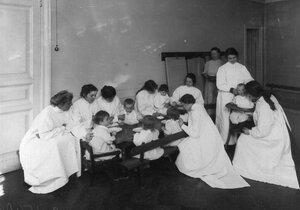 Группа воспитанников младшего возраста за обедом.