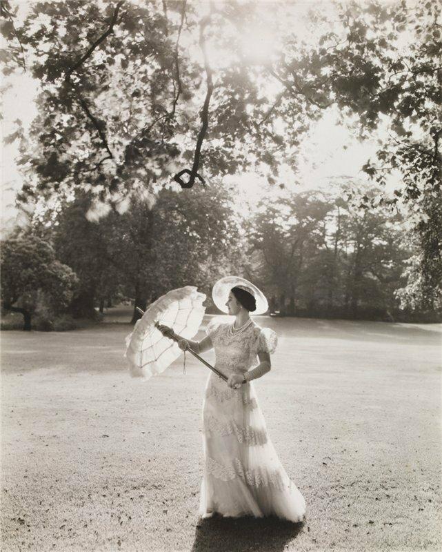 Королева Елизавета в парке Букингемского дворца. 1939 год