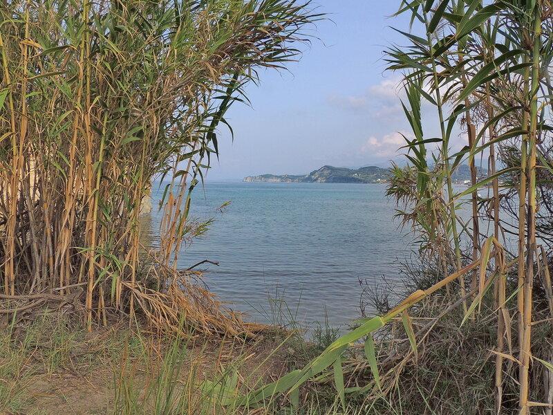 на пляже в Сидари (север острова)