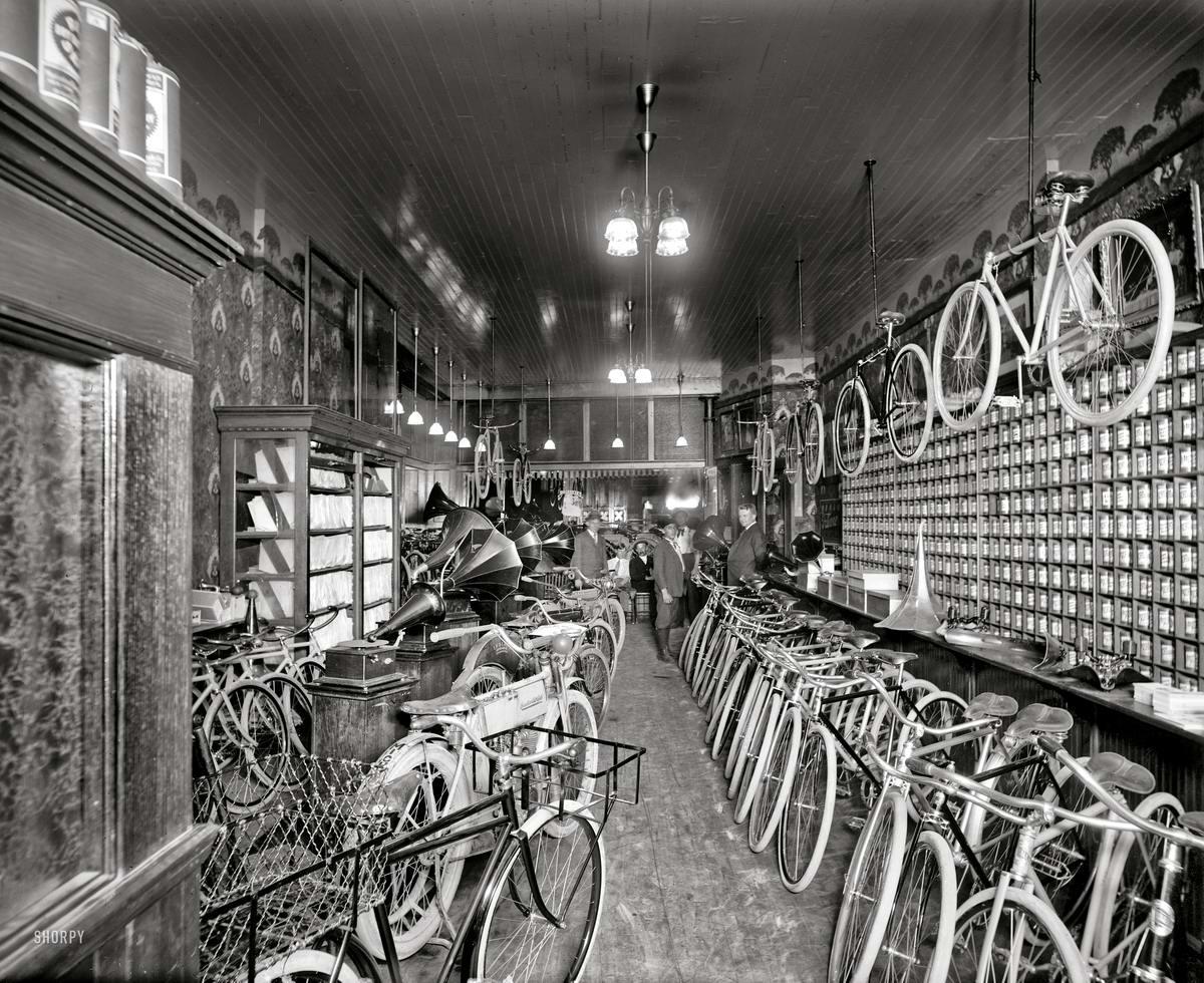 В торговом зале магазина по продаже велосипедов и мотоциклов (Детройт, 1912 год)