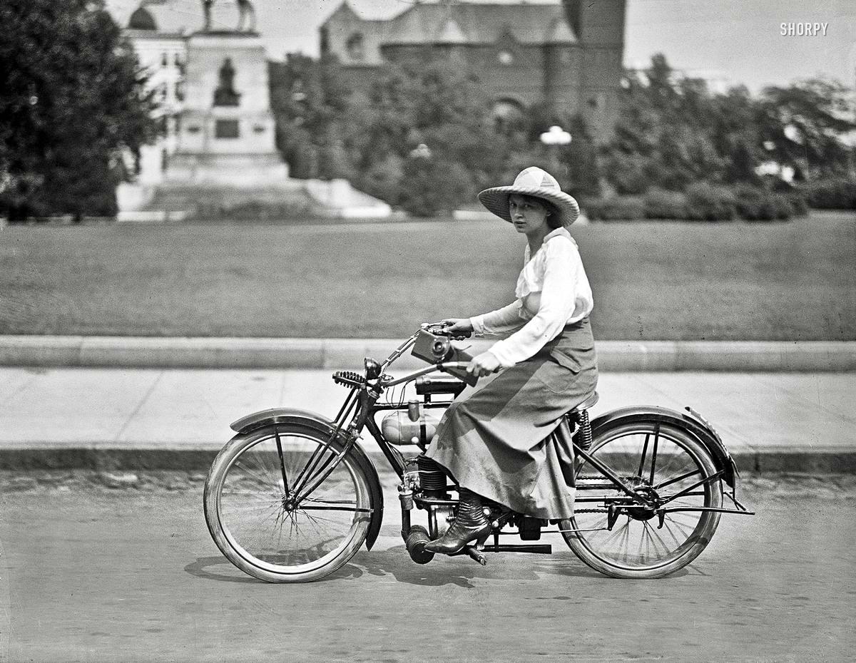 Девушка на мопеде (Вашингтон, 1918 год)