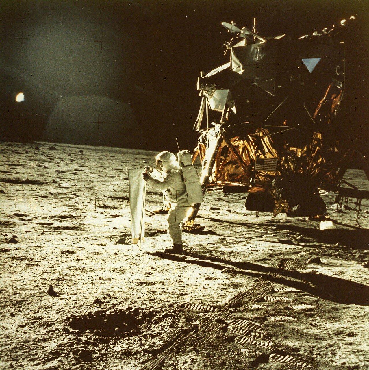 Они прилипали тонкими слоями к подошвам и бокам лунных ботинок, как измельчённый древесный уголь. На снимке: Первые фотографии человека, стоящего на поверхности другого мира