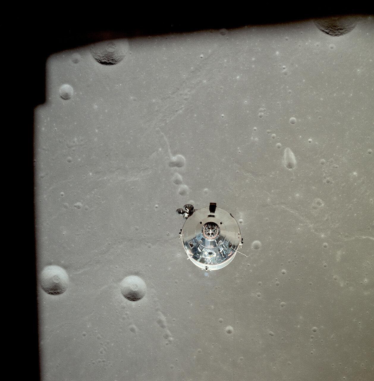 Командный модуль на лунной орбите с Майклом Коллинзом на борту