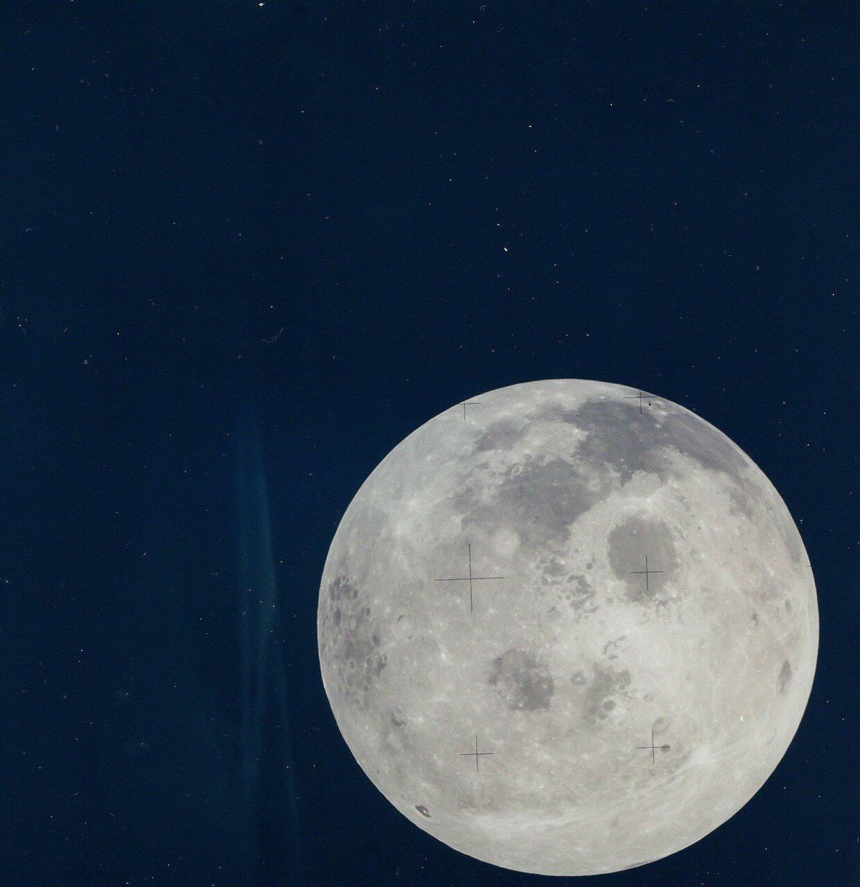 В 03:40:50 была произведена первая коррекция с помощью двигателя служебного модуля. «Аполлон-13» перешёл на так называемую «гибридную» траекторию. На снимке: Полная Луна