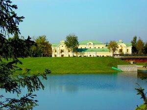 На территории Константиновского дворца.