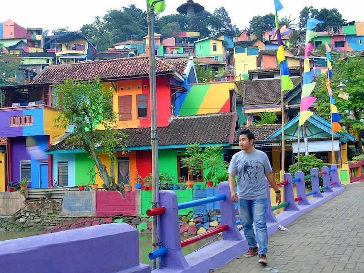 Как власти Индонезии превратили унылый городок в восхитительную Радужную деревню