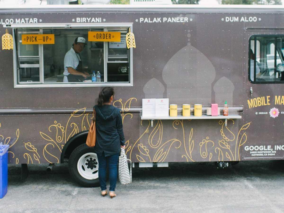 20. Это кафе-автофургон предлагает вкусные блюда индийской кухни.