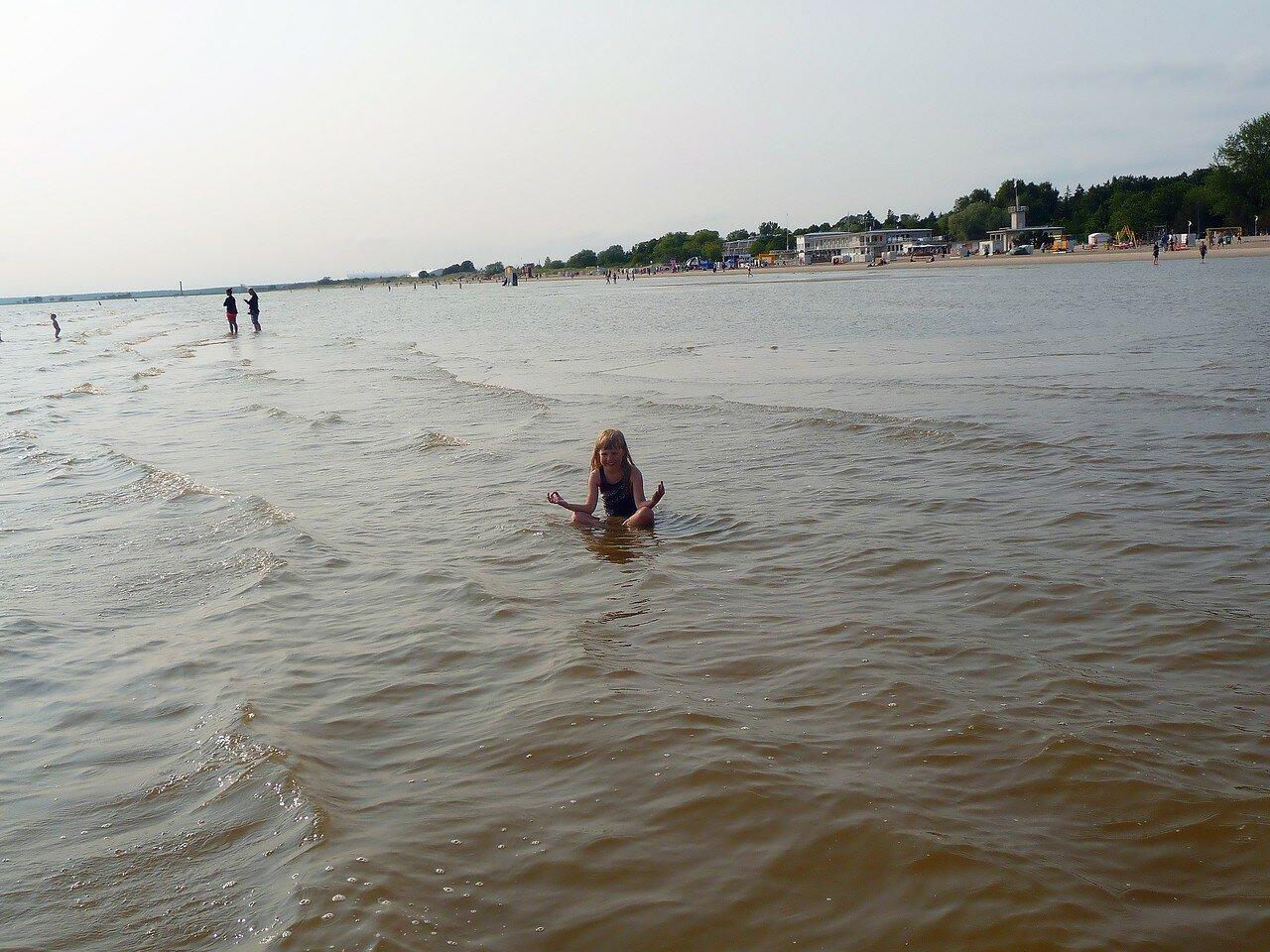 В море.