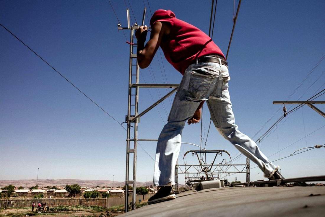 Сорвиголовы из Соуэто (ЮАР) - сногсшибательные покатушки на крышах вагонов   (1)
