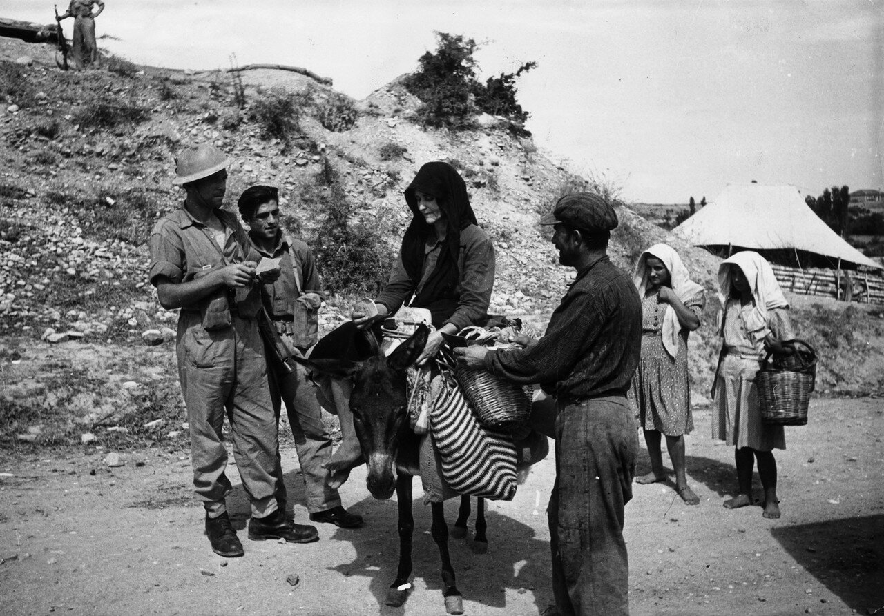 1947. Греческие солдаты регулярной армии обыскивают семейную пару фермеров на предмет оружия, которое возможно контрабандно доставляется повстанцам