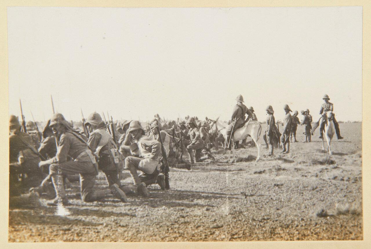 15 августа 1898. Лагерь Атбара. Полковник Вилье Хаттон (1852-1914) сидит на осле, офицеры стоят между ним и лейтенантом  Гаскойн (1873-1944)