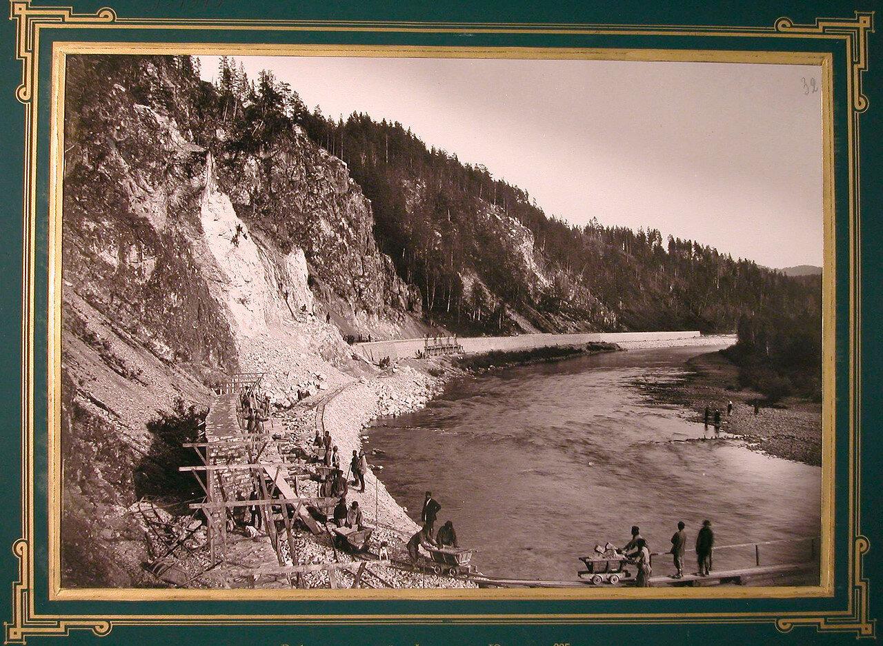 32. Рабочие во время сооружения подпорной стенки (на реке Юрезань). 635-я верста, 1885-1889