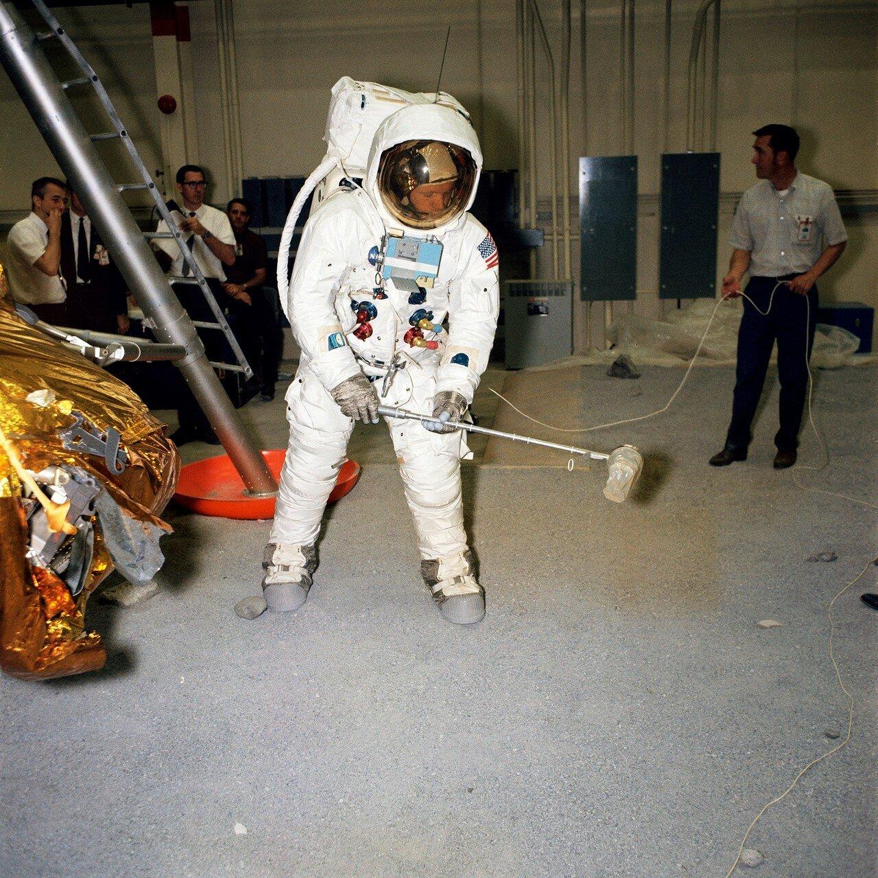 1969, 18 апреля. Армстронг имитирует сбор образцов лунного грунта во время тренировки в Центре пилотируемых полётов в Хьюстоне