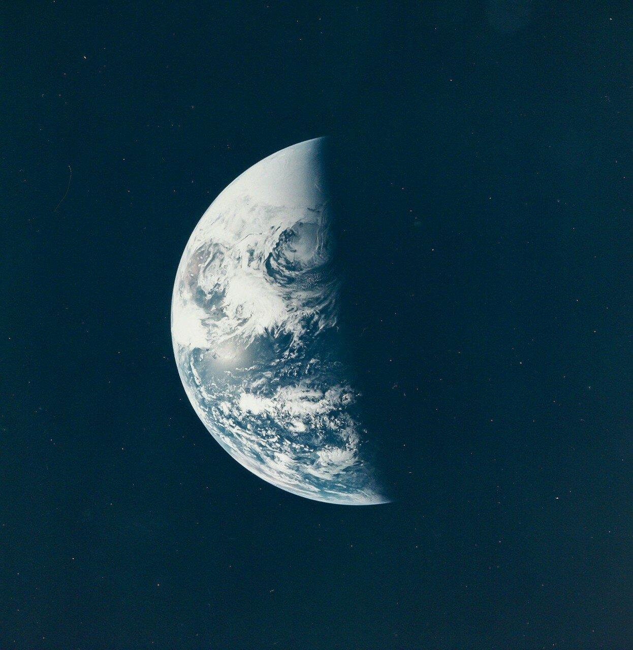 В 03:06:39 основной блок отделился от третьей ступени и Джон Суайгерт приступил к манёврам по извлечению из третьей ступени лунного корабля. На снимке: Освещенная земная треть